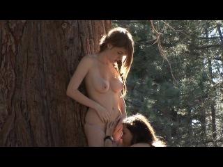 Две девочки устроили лесби игры в лесу